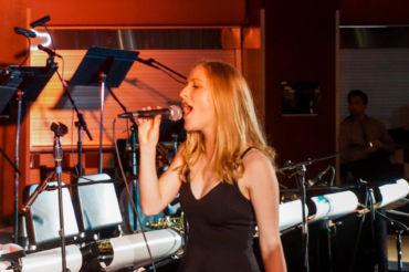 Freshman Elizabeth Hylton sings on stage