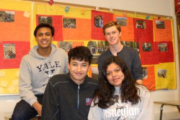 Cesar Segundo, Diego Kroell, Dany Elias y Cooper Couton(izquierda a derecha) todos estudiantes de tercer año,  charlan antes de la clase AP Spanish Literature.