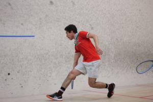ESTÁ BALANCEANDO SU raqueta adelante, Martin corre a la pelota.