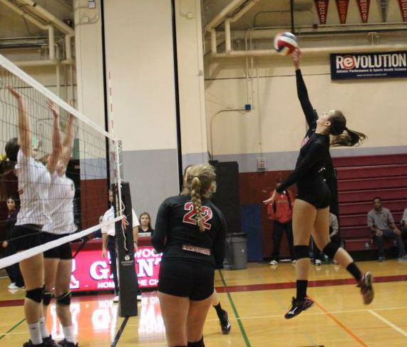 Girls' varsity volleyball battles to obtain win in the state playoffs