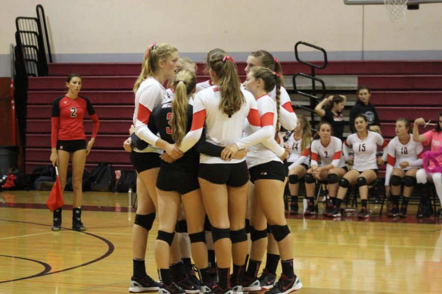 The+team+huddles+in+between+sets
