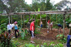 Morgan Glasser y otros voluntarios de 'Global Student Embassy' trabajan en un jardin en La Reserva Valle del Mamoní en Panamá