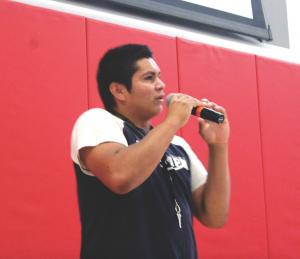 Samuel Chávez, un estudiante en su último año, da una presentación sobre sus experiencias durante la Semana de Fiestas.