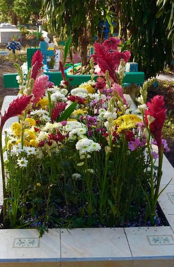 Las afertas y flores de la familia de Danny Elias durante Día de Los Muertos