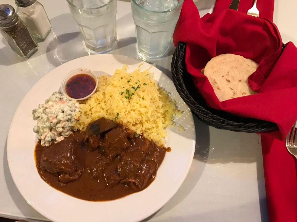 Estofado, arroz, y ensalada Rusa