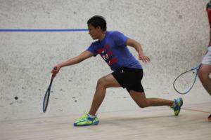 ESTÁ ARREMETIENDO POR la pelota, juega squash.