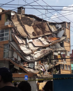 Collapsing building in Mexico after earthquake struck. Courtesy of: Creative Commons