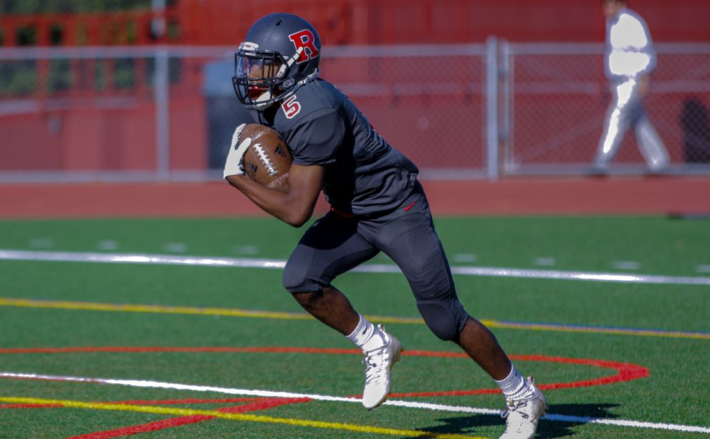 Sophomore defensive back Rudy Washington sprints with the ball (courtesy of Luca Traverso)