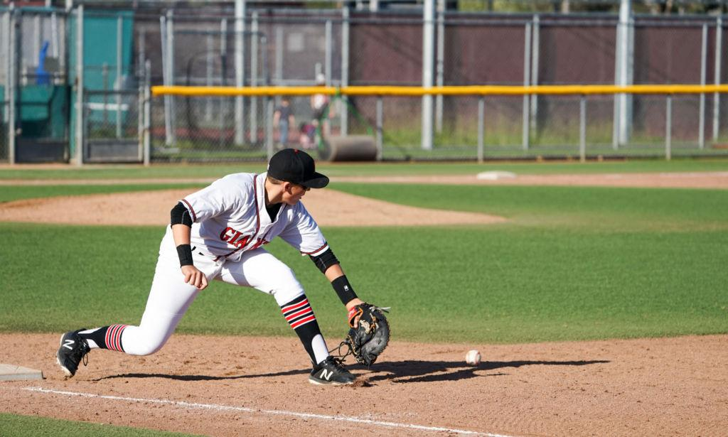 Sander+Leszczysnki+fields+ball+at+first+base