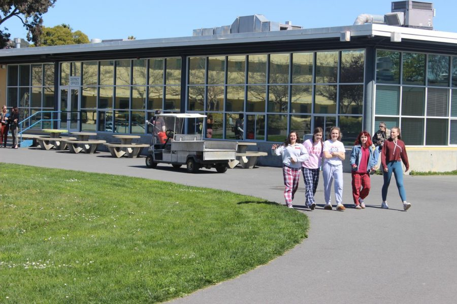 Five+junior+girls+head+towards+the+amphitheater+shortly+before+Von+Clark%E2%80%99s+speech.