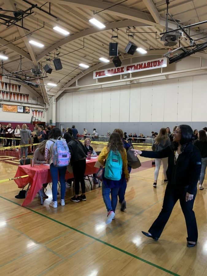 Walking into the gym, future Redwood freshmen register at the desk.