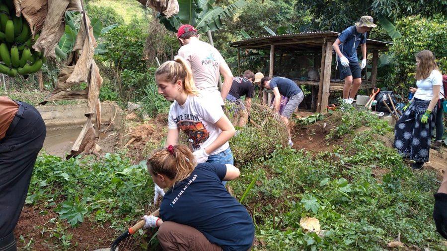 Cavando una zanja, los estudiantes construyen un estanque con peces para la comunidad