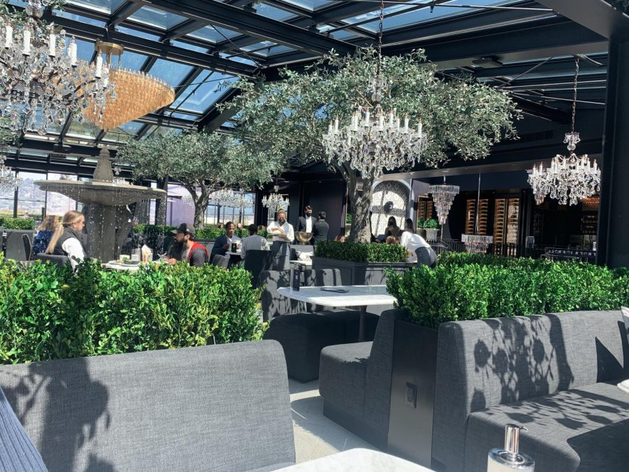 The+rooftop+courtyard+setting+where+customers+dine.